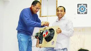 Ing. Richard Rivera y Dr. Celso Llimpe instalando el canal izquierdo del sistema 5.1