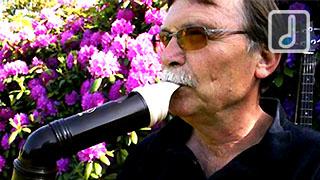 Tom Horn tocando su flauta dulce bajo Yamaha